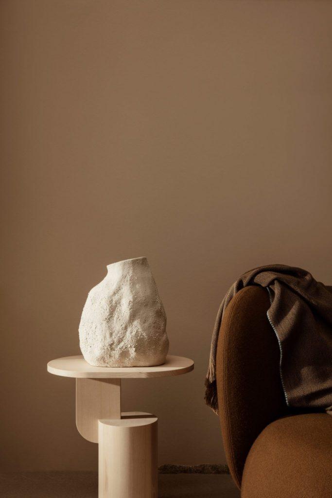 velours, bois blond et céramique vase